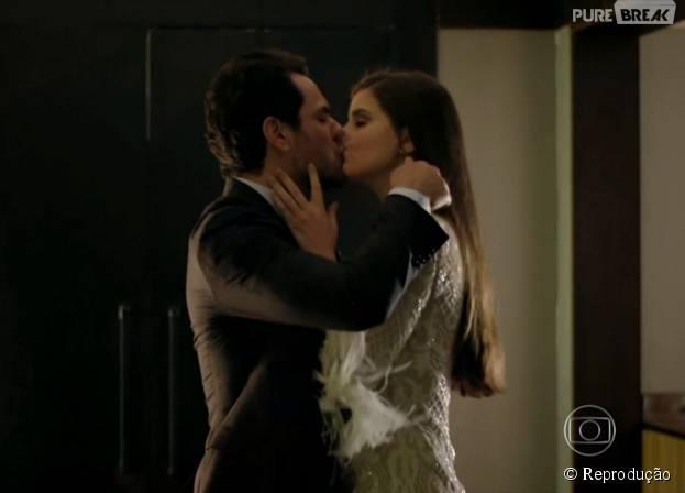 """Em """"Verdades Secretas"""", Angel (Camila Queiroz) cede aos encantos de Alex (Rodrigo Lombardi) e transa com padastro na casa da mãe"""