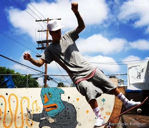 Justin Bieber chama atenção ao aparecer em pista de skate com meia cheia de palavrões