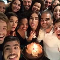 """Maria Casadevall, de """"I Love Paraisópolis"""", recebe Bruna Marquezine e elenco em festa de aniversário"""