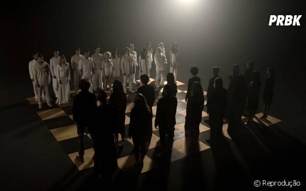 """No teaser de """"A Regra do Jogo"""", o elenco joga uma partida de xadrez humano!"""