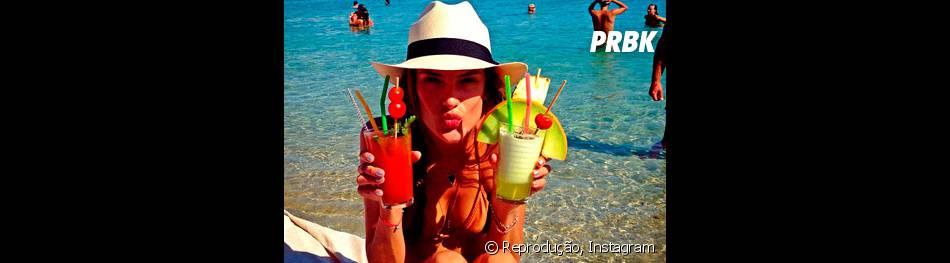 Alessandra Ambrósio 'bragging' com seus bons drinks no Instagram