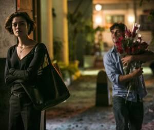 """Em """"Babilônia"""", Alice (Sophie Charlotte) não vai fazer escândalo após descobrir traição de Murilo (Bruno Gagliasso)"""