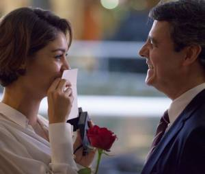 """Em """"Babilônia"""", da Globo, Alice (Sophie Charlotte) é pedida em casamento por Evandro (Cassio Gabus Mendes)"""