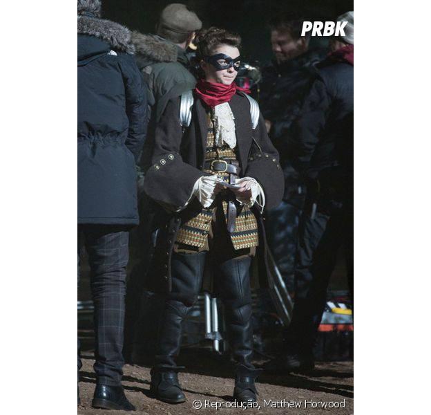 """Visual de Maisie Williams em """"Doctor Who"""": espadachim mascarada"""
