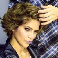 """Isabella Santoni, após """"Malhação"""", aparece com cabelos platinados e fãs vão à loucura!"""