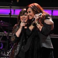 Kelly Clarkson faz homenagem a Demi Lovato no dia do aniversário da morena! Confira