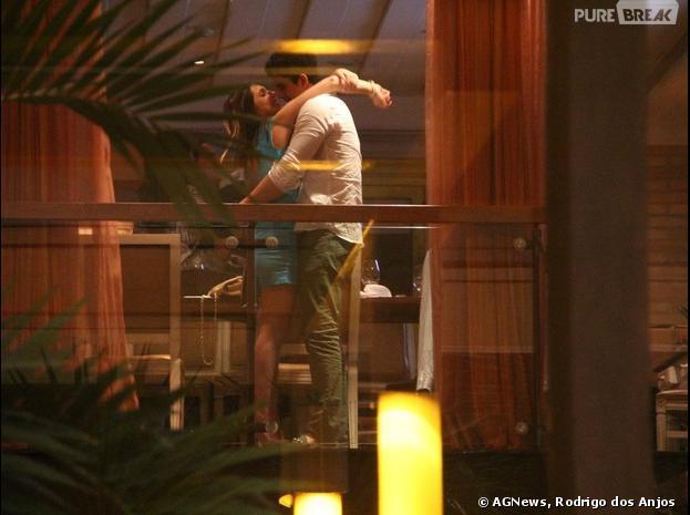 Enzo Celulari e a namorada, Rafaella Rique, trocam beijos durante o aniversário de Claudia Raia no Rio, na noite desta segunda-feira, 23 de dezembro de 2013