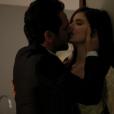 """Deve ser difícil para Angel (Camila Queiroz) resistir aos beijos de Alex (Rodrigo Lombardi) em """"Verdades Secretas"""""""