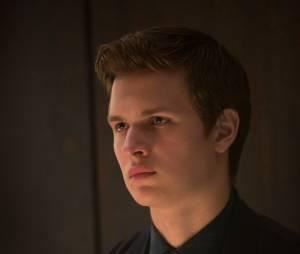 """Ansel Elgort (""""A Culpa é Das Estrelas"""") dá vida a Caleb, o irmão da protagonista, na franquia """"Divergente"""""""