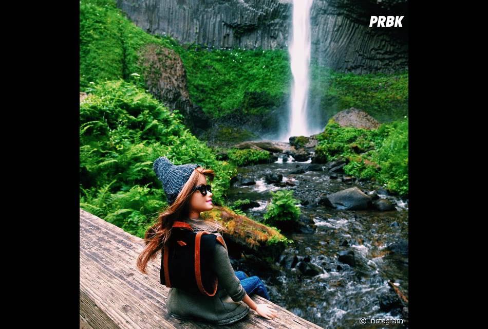 Barbie aventureira, curtindo a natureza, fazendo trilhas e fotografando tudo