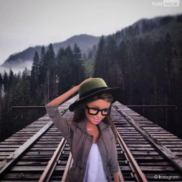 Para ser hipster, a Barbie precisa de um óculos de grau bem grosso, um chapéu estiloso, cores mais sóbrias e tá pronta!