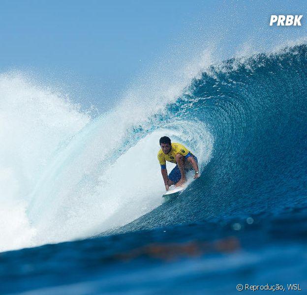 Adriano de Souza, o Mineirinho, está ocupando a segunda posição do Circuito Mundial de Surf 2015, Mick Fanning lidera o ranking
