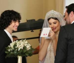 """Em """"Verdades Secretas"""", clima é de descontração total nos bastidores do casamento"""