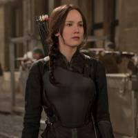 """De """"Jogos Vorazes: A Esperança - O Final"""": Katniss, Peeta e Gale aparecem incríveis em novas imagens"""