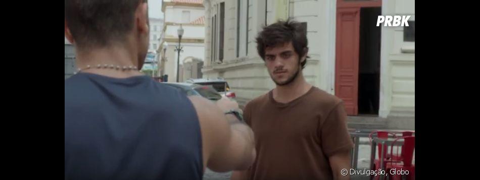 """Jonatas (Felipe Simas) é ameaçado com faca no Capítulo Zero de """"Totalmente Demais"""""""