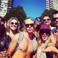 Emily Bett Rickards publica várias fotos ao lado dos amigos!