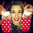 """Emily Bett Rickards, de """"Arrow"""", publicou fotos do presente que ganhou da melhor amiga. Acontece com todo mundo, né!"""