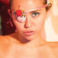 Miley Cyrus tira a roupa na revista Plastik em novo ensaio fotográfico polêmico