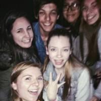 """Louis Tomlinson, do One Direction, fica bêbado com fãs em bar e recebe elogios: """"melhor ídolo"""""""
