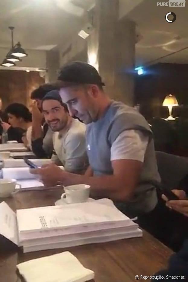 """Alfonso Herrera, de """"Sense8"""", aparece com parte do elenco em gravações em Berlim!"""