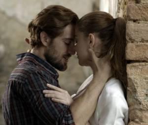 """Em """"Além do Tempo"""": Lívia (Alinne Moraes) e Felipe (Rafael Cardoso) conseguirão ficar juntos?"""