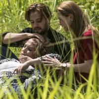 """Final """"Além do Tempo"""": Lívia (Alinne Moraes) e Felipe se arriscam para salvar Emília após acidente!"""