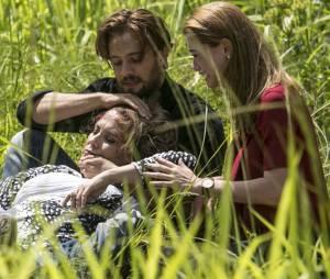 """Em """"Além do Tempo"""", Lívia (Alinne Moraes) e Felipe (Rafael Cardoso) se desesperam ao ver Emília (Ana Beatriz Nogueira)"""