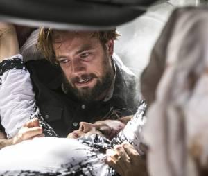 """Em """"Além do Tempo"""": Felipe (Rafael Cardoso) tenta tirar Emília (Ana Beatriz Nogueira) se carro acidentado"""