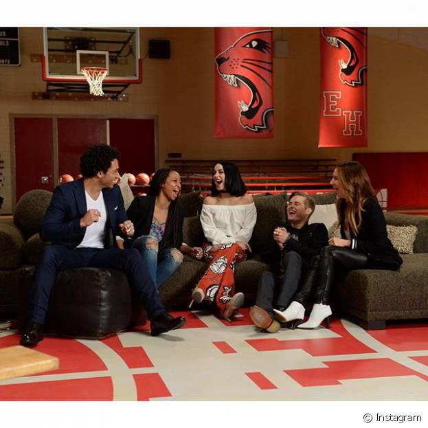 """Sem Zac Efron, elenco de """"High School Musical"""" se reúne para comemorar 10 anos do filme"""