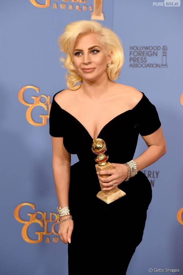 Lady Gaga faz homenagem ao cantor David Bowie e tatua o rosto do astro na costela!