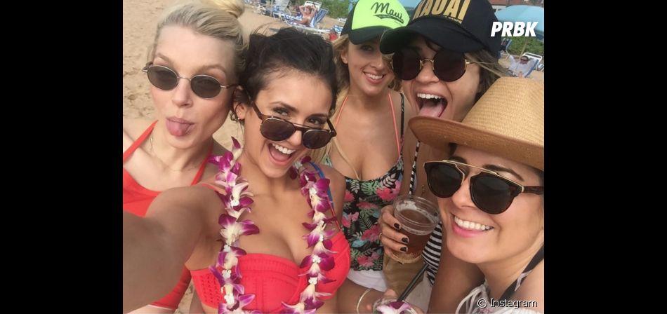 """Nina Dobrev, ex-""""The Vampire Diaries"""", curtiu viagem ao Havaí sozinha com as amigas"""