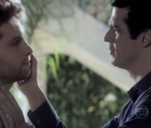 """Em """"Amor à Vida"""", Félix (Mateus Solano) quase beijou Niko (Thiago Fragoso) e confessou que o ama!"""