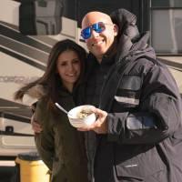 """Nina Dobrev, ex-""""The Vampire Diaries"""", e Vin Diesel se divertem em bastidores do novo """"Triplo X"""""""