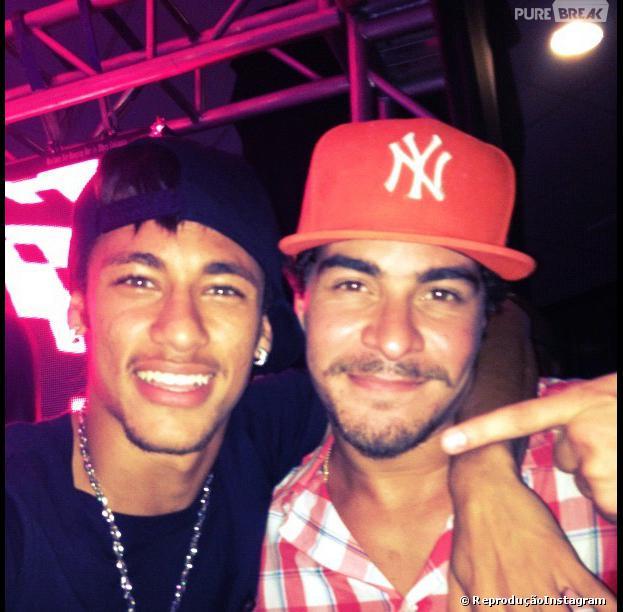 Durante o show de Thiago Martins com o grupo Trio Ternura, o craque Neymar aproveitou o momento para tietar o ator e cantor