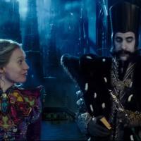 """De """"Alice Através do Espelho"""": novo comercial mostra Sacha Baron Cohen na pele do vilão Tempo!"""
