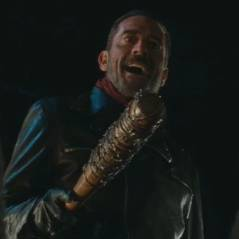 "Final ""The Walking Dead"": na 6ª temporada, Negan ameaça Rick e personagem misterioso é assassinado!"