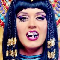 """Katy Perry se arrisca no pole dance com o clipe de """"Dark Horse"""""""