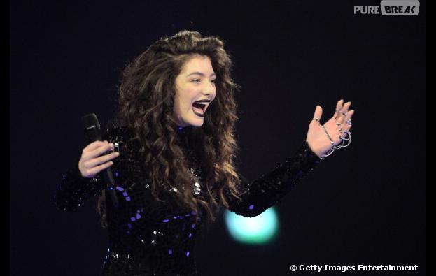 """Lorde se apresentando em Londres, na Inglaterra, no """"BRIT Awards 2014"""""""