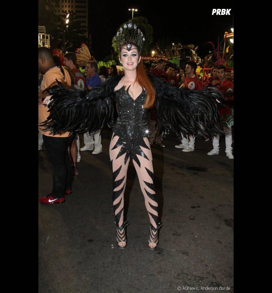 Vestida de pássaro negro, Marina Ruy Barbosa estava deslumbrante no Carnaval da Grande Rio