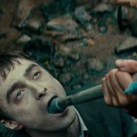 """Daniel Radcliffe, de """"Harry Potter"""", é morto-vivo em trailer de novo filme. Assista!"""