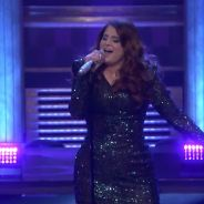 "Meghan Trainor cai em performance de ""Me Too"" no programa de Jimmy Fallon. Assista ao vídeo!"