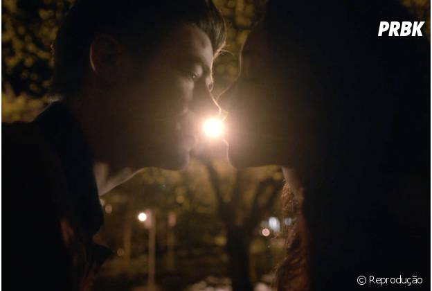 """Em """"The Flash"""", Barry (Grant Gustin) e Iris se beijam, mas o herói decide voltar no tempo para salvar a mãe!"""