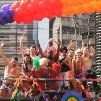 """De """"Sense8"""": elenco faz pegação na Parada do Orgulho LGBT. Assista aos vídeos!"""