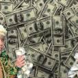 Lot's of money: Miley Cyrus posa ao lado de muitos dólares