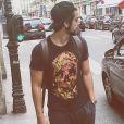 Rodrigo Simas causa no Instagram ao publicar foto pelado