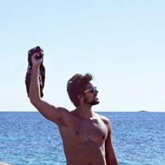 Rodrigo Simas pelado! Ator publica foto no Instagram e deixa fãs pirando nas redes sociais