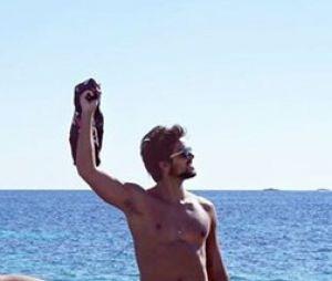 Rodrigo Simas pelado? Ator publica foto ousada no Instagram