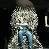 """Na première de """"Game of Thrones"""": sortudo ganha trono da série de 30 mil!"""
