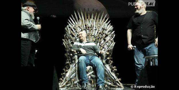 "George R. R. Martin entrega trono de ferro para fã de ""Game of Thrones"""