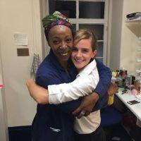 """Emma Watson assiste à peça de """"Harry Potter"""" e encontra atriz que interpreta Hermione"""